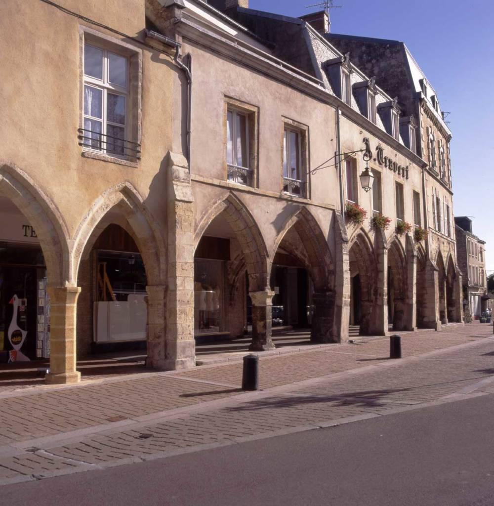 Extérieur des arcades médiévales de Carentan les Marais