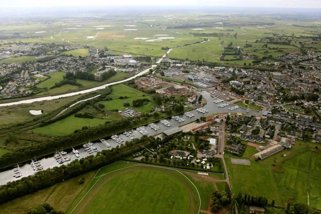 Vue aérienne de la ville et de la campagne de Carentan les Marais